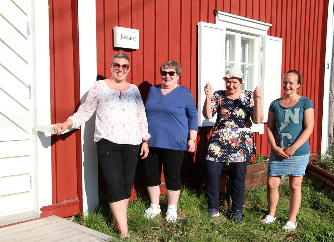 Petolahden kyläaktiiveja, naisia ryhmäkuvassa talon edustalla.